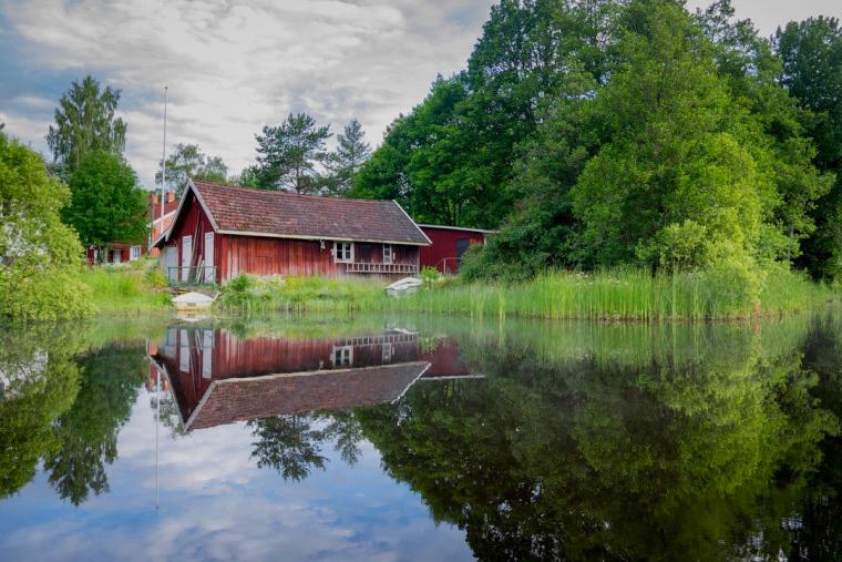 Kanadian-Nature-House-at-Lake